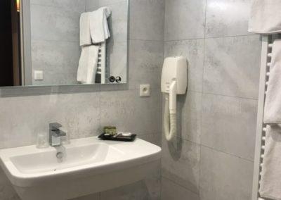 Aigue-Marine-salle-de-bain-lavabo-sèche-serviette-400x284