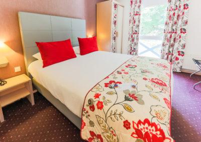 Hotel-Aigue-marine-2019-CONFORT-Grand-lit-Porte-bagages-Minis-230-400x284