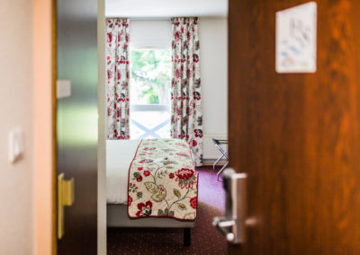 Hotel-Aigue-marine-2019-CONFORT-Grand-lit-Porte-entrouverte-Minis-231-400x284
