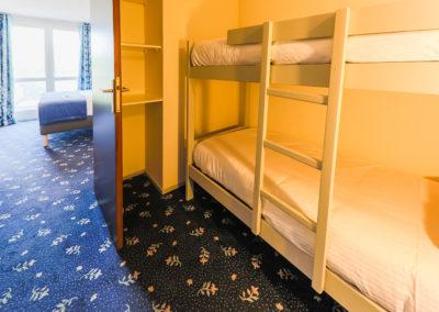 Hotel-Aigue-marine-2019-FAMILIALE-Grand-lit-et-lits-superposés-1er-plan-Minis-241-400x284