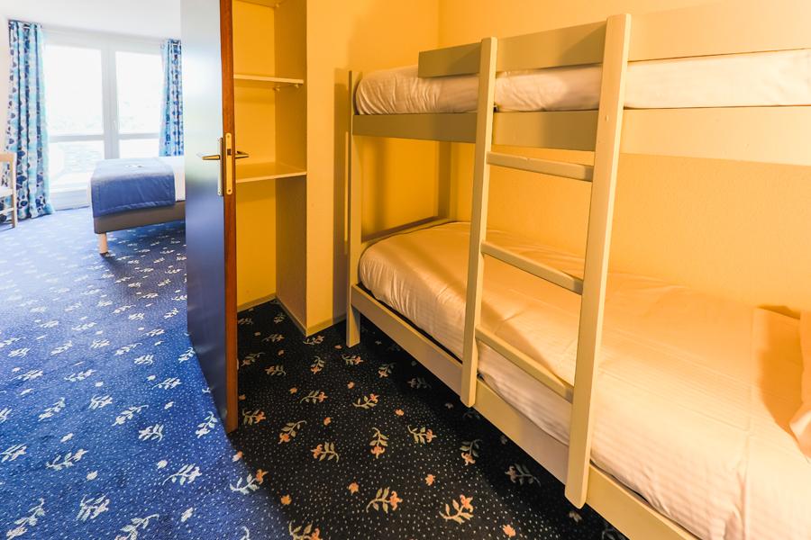 Hotel-Aigue-marine-2019-FAMILIALE-Grand-lit-et-lits-superposés-1er-plan-Minis-241