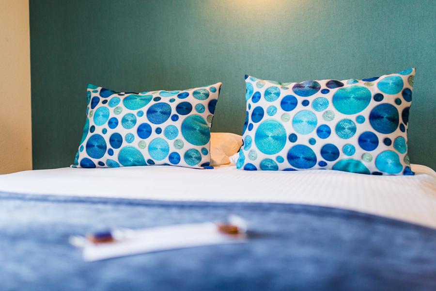 Hotel-Aigue-marine-2019-FAMILIALE-Gros-plan-Grand-lit-Coussins-agrément-Minis-247