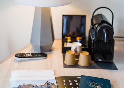 Hotel-Aigue-marine-2019-Produits-accueil-Machine-expresso-Lampe-Livret-daccueil-Portrait-Minis-238-400x284