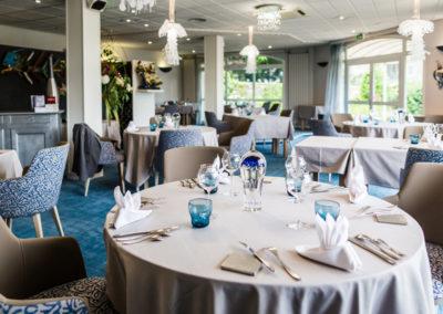 Hotel-Aigue-marine-2019-Restaurant-Salle-table-ronde-premier-plan-Minis-174-400x284