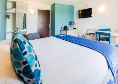 Hotel-Aigue-marine-2019-SUPERIEURE-TRIPLE-Lit-Queen-size-Espace-séjour-Commode-TV-Penderie-Accès-entrée-Minis-291-400x284