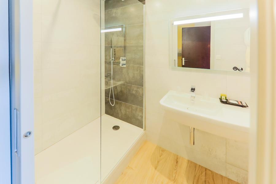 Hotel-Aigue-marine-2019-Salle-de-bain-Douche-à-litalienne-Lavabo-Miroir-Minis-250