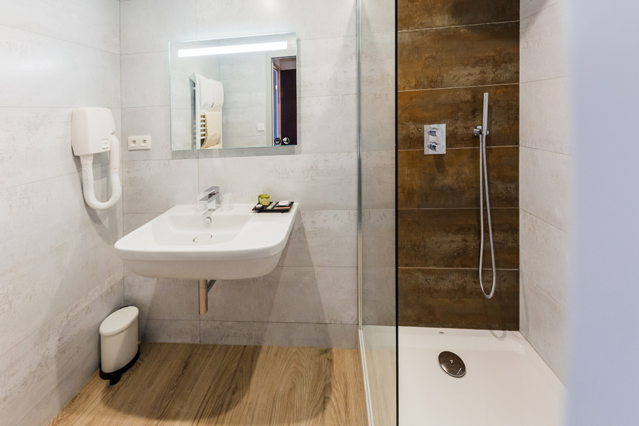 Hotel-Aigue-marine-2019-Salle-de-bain-Sèche-Cheveux-Lavabo-Miroir-Douche-à-litalienne-Minis-265