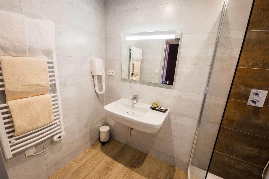 Hotel-Aigue-marine-2019-Salle-de-bain-Sèche-serviettes-Sèche-cheveux-Lavabo-Miroir-Douche-Minis-266