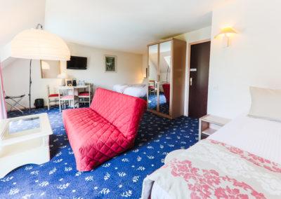 Hotel-Aigue-marine-2019-TRIPLE-KING-Lit-King-size-Lit-1-personne-Espace-salon-séjour-Minis-232-400x284