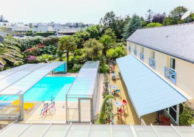 Hotel-Aigue-marine-2019-Vue-élargie-Piscine-et-Jardin-Aquabikes-Terrasse-Tréguier-Minis-256-400x284