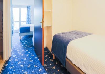 Hotel-Aigue-marine-2019-SUPERIEURE-TRIPLE-Lit-1-personne-Lit-Queen-size-Accès-balcon-Minis-286-400x284