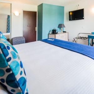 Hotel-Aigue-marine-2019-SUPERIEURE-TRIPLE-Lit-Queen-size-Espace-séjour-Commode-TV-Penderie-Accès-entrée-Minis-291